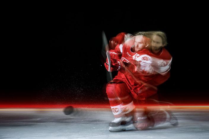 KAC ice hockey action shooting