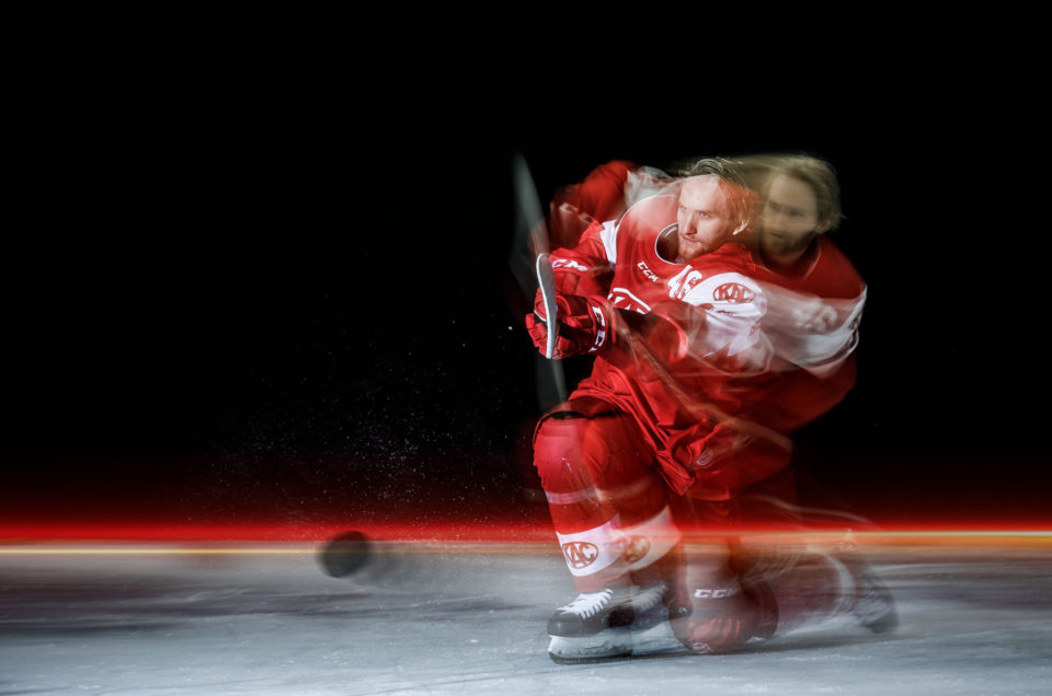 KAC ice hockey action shooting